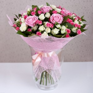 Рожеві троянди в сіточці